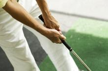 The ten-finger grip in golf.